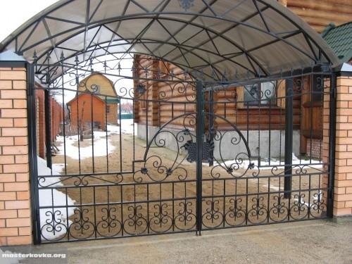 Забор из профильной трубы с кованными элементами.