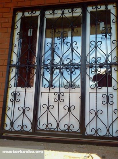 Дверь решетка выход на балкон.