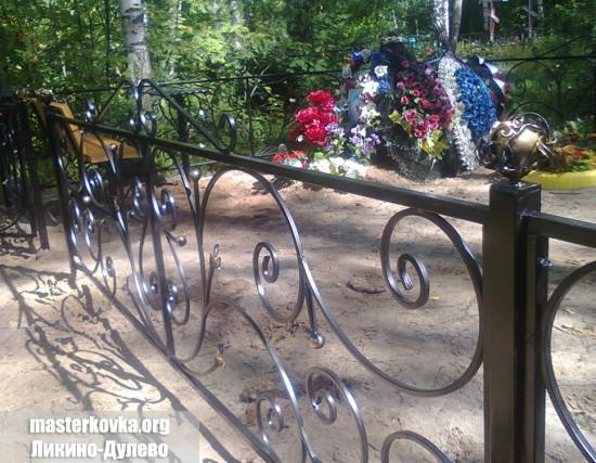 Ритуальная ограда с розами