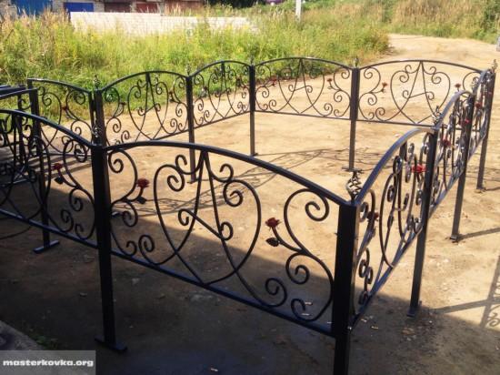 Ритуальная ограда с малыми розами