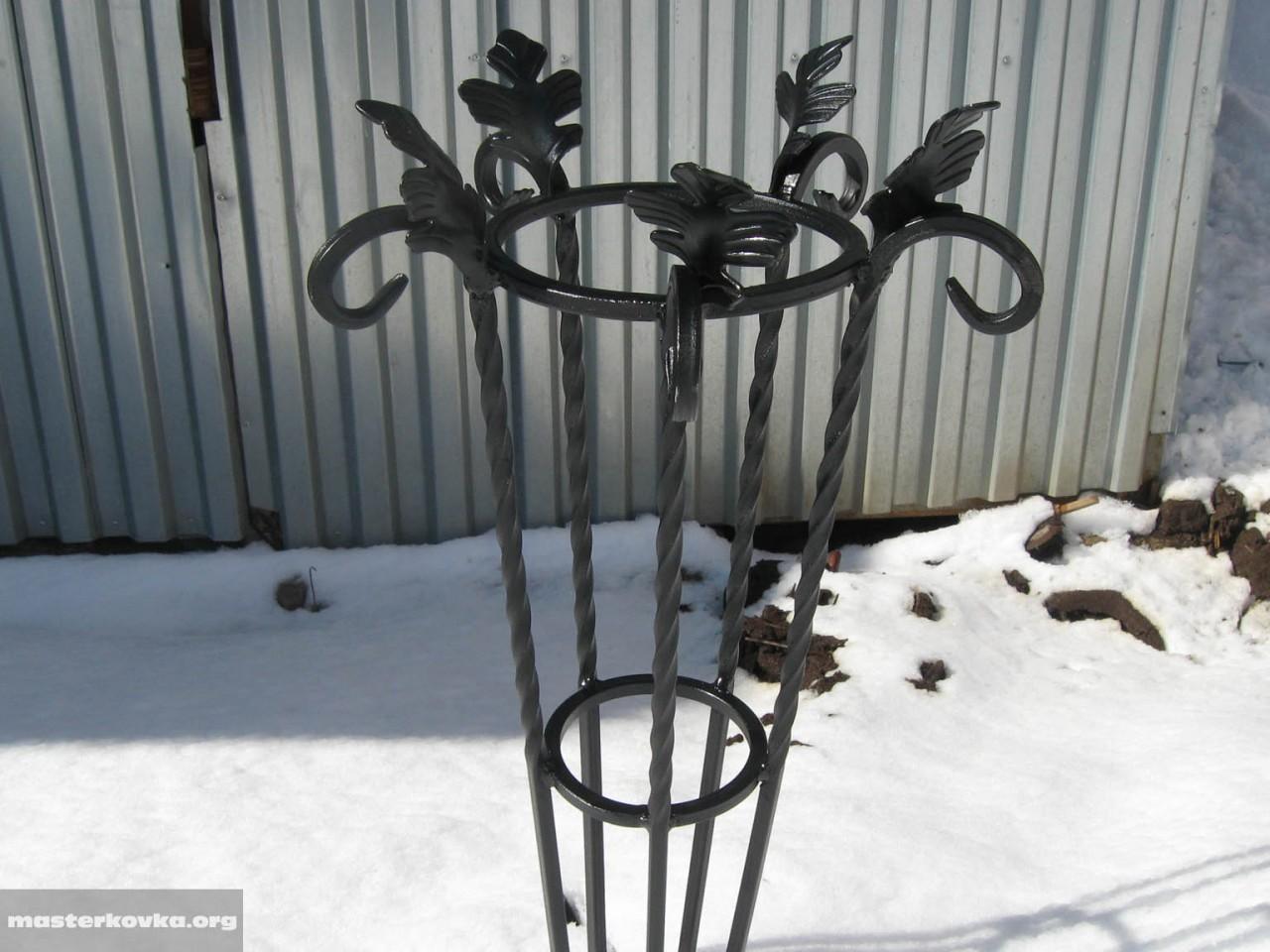 Железная ваза для цветов на кладбище
